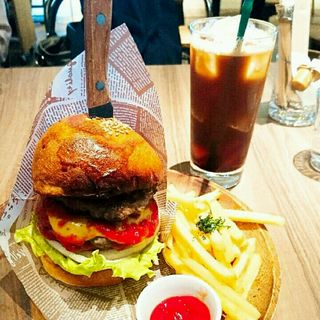 Special Burger ゴルゴンゾーラとチェダーチーズのダブルチーズバーガー(Goodbeer STAND by Goodbeer faucets)