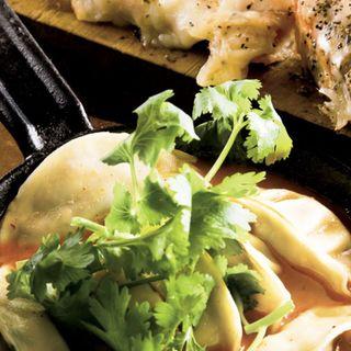 鉄板自家製パクチー餃子トムヤムクン味(焼きはまぐりSTAND (ヤキハマグリスタンド))