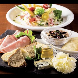 タパス・チーズ・生ハムのACORN盛り合わせ(エイコーン 東京駅グランルーフフロント店 (ACORN))