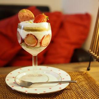 抹茶のスポンジにいちごと生クリームのケーキ(cafe sourire)
