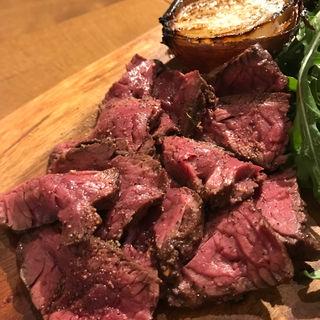 シンプルに旨い肉を絶妙な焼き加減で『黒毛和牛のエイジングステーキ』(Ca'docci (カドッチ))