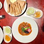 豪州産ラムのナヴァラン風煮込みと特徴的な2種のグレイヴィ 皿上で完成するカレー(エリックサウスマサラダイナー)