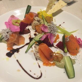 スモークサーモンと新鮮野菜の花畑パレットバーニャカウダソースで(ブラッスリー リナーシェ)