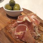 イタリア産生ハムとスペイン産オリーブのコンフィ