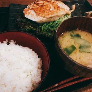 大山鶏ムネ肉レアステーキ定食(越後屋亀丸 飯田橋サクラテラス店 (エチゴヤカメマル))