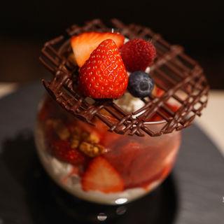 ストロベリーサングリアパフェ 苺と赤い果実、赤ワインのゼリーと共に(カフェ&ダイニング ゼルコヴァ (ZelkovA))