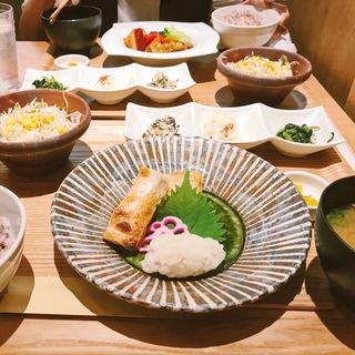 鮭ハラスの塩焼き定食(梅田 阪急三番街 リバーカフェ (RIVER CAFE))
