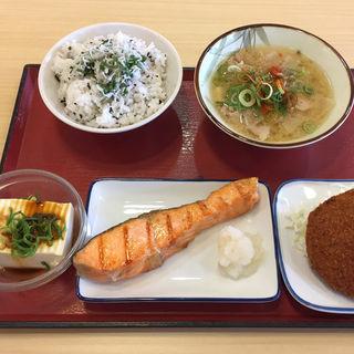 シャケ塩焼き、ミンチカツ、冷奴(神戸長田食堂 (まいどおおきに食堂))