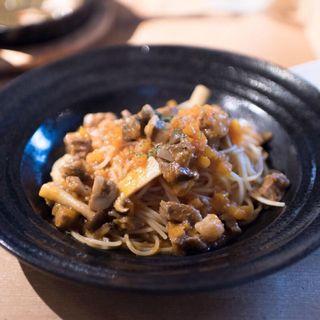 和牛すじ肉とキノコのトマトソース(サンサーラ 飾磨店 (SANSARA))