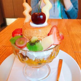 自家製プリンと季節のフルーツパフェ(スモーブローキッチン中之島)