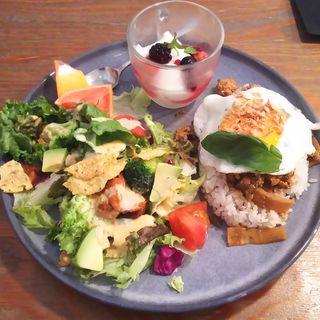 ガパオライス&チキンとアボカドのグルメサラダプレート(ワイアード カフェ アトレ川崎店)