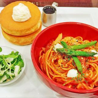 パスタ&パンケーキプレート 春野菜とモッツァレラチーズのトマトソース(星乃珈琲店 六本木店 )