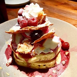ダブルチェリーとレアチーズケーキ、バニラアイスのパンケーキ(YURT 大名古屋ビルヂング店 )