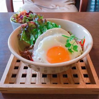あまからひき肉と目玉焼きのせご飯(カフェ フラット (CAFE FLAT))