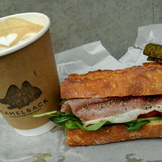 ブリーチーズ、生ハム、りんご、はちみつのサンドイッチ(Camelback sandwich&espresso )
