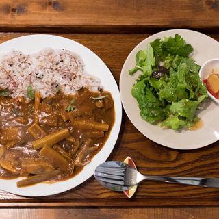 スパイスたっぷり気まぐれカレー: ハチクとトマトと鶏のカレー、自家製ピクルスとサラ(カフェ ツバメ )