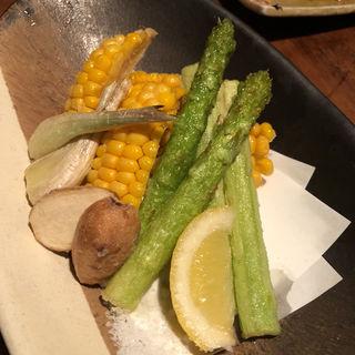 トウモロコシとアスパラガス(炭焼 もくもく (スミヤキ モクモク))