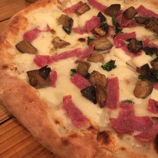 サラミとナスのピザ(Trattoria e Pizzeria L'ARTE)