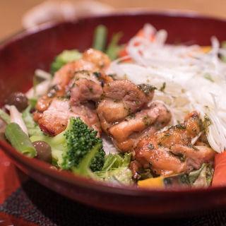 彩り野菜と炭火焼きバジルチキン(大戸屋 テラッソ姫路店 )