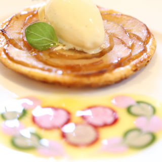ロザージュ伝統のあつあつりんごパイ ~バニラアイス添え~