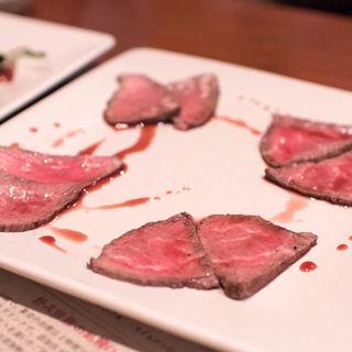 自家製和牛ローストビーフオリジナル赤ワインソース(麦笑家 (ビアダイニング・ムギワラヤ))