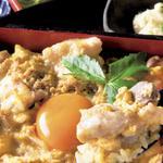 特選鳥玉手箱(小鉢、味噌汁、漬物、薬味付き。昼はサラダも付く)