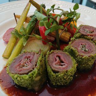 """牛肉の""""コルドン・ブルー""""   焼き野菜とマテラ酒のソースで(バー プラス (BAR PLUS))"""