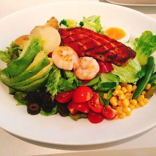 6種の野菜とスパイシーグリルチキンのサラダ ポーチドエッグ添え パルメザンドレッシング(エムハウス(M HOUSE))