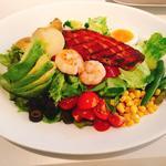 6種の野菜とスパイシーグリルチキンのサラダ ポーチドエッグ添え パルメザンドレッシング