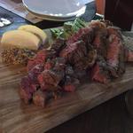 牛の網焼きステーキ