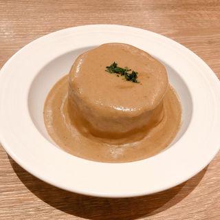 コンソメで柔らかく炊いた大根のポルチーニ茸クリームソース掛け(赤白 (KOHAKU))