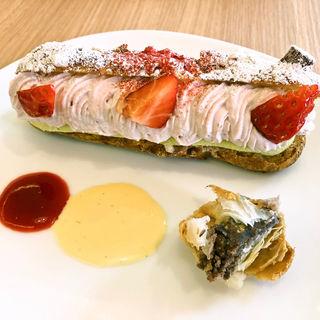 イチゴとピスタチオのエクレア(パティシェ・ラボ・テツヤ 高山店)