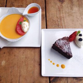 ルビーグレープフルーツのプリン グレープフルーツ風味のカラメルソース添え 自家製ガトーショコラ(ボンダイカフェヨヨギビーチパーク)