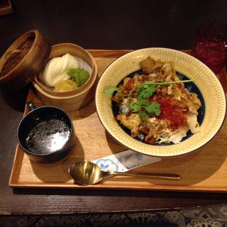 スパイシー豚サテ丼(サナギ)