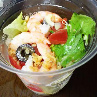 季節のサラダ(レモン香るエビとオリーブのサラダ)(フレッシュネスバーガー 新川崎スクエア店)