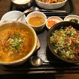 牛スジ丼とプデチゲ(すーぷ房くだら (すーぷぼう くだら))