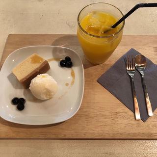 クリームチーズケーキ ロレーヌ岩塩のアイスクリーム添え(ギフトラボガレージラウンジイグジビット)