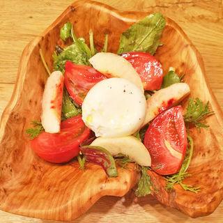 ブッラータチーズとフルーツのサラダ(KANDO)