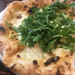スモークチーズ、ルッコラ、アンチョビのピザ(PIZZA17 (ピッツァイナ))