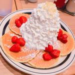 ストロベリーホイップクリームとマカダミアナッツのパンケーキ(エッグスンシングス  梅田茶屋町店)