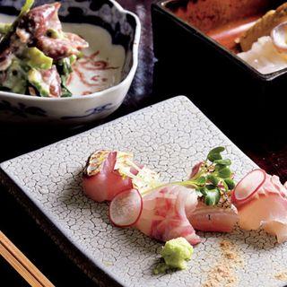板長おまかせ料理(お造り、富山のホタルイカとたらの芽の和え物、岩手の水だこと竹の子)(あそび割烹 さん葉か (サンバカ))