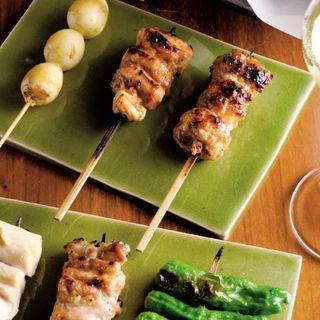 串焼きお任せの一例(突き出し(春野菜のバーニャカウダ、カリフラワーのパンナコッタ)、チキンカツサンド、うずら、かしわ、つくね、ささみ、せせり、ししとう)