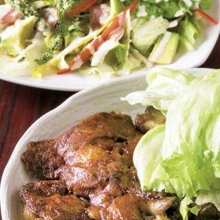 丸~い 焼てびちー、たっぷり海ぶどうとアボカドと生ハムのシーザードレッシングのサラダ(ハナハナヤノ (hana*hana yano))