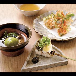 グリーンピース饅頭銀あん掛け、鰆の炭火炙り串、桜海老と根三つ葉のかき揚げ(キガルニワショク弾)