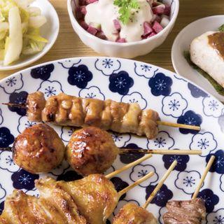 猪鹿蝶コースの一例(本日の逸品(自家製レバーペースト)、季節のおしんこ、角切り野菜の味噌バーニャ、鶏コンソメスープ、おっぱい、もも、つくね、手羽、皮もも、はつ)(焼鳥ふくなが)