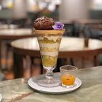 香ばしく焼き上げた大きなシュークリームを乗せた南国フルーツとフレッシュライムのブリュレパフェ