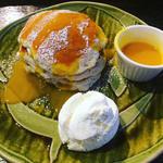 季節のフルーツソースのパンケーキ
