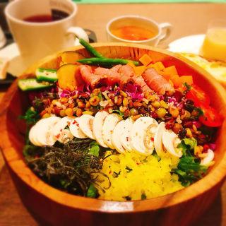ローストビーフ&雑穀米サラダランチ(パティスリー&カフェ デリーモ 東京ミッドタウン日比谷店)