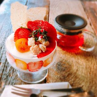 苺と完熟金柑のクリスマスパフェ(コトカフェ (coto cafe))