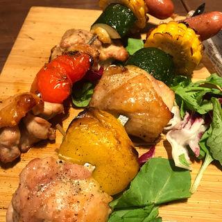 彩り野菜と炭火焼チキンのBBQ串(アサドール・デル・プラド)